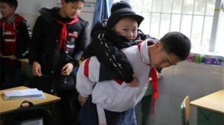Cea mai mare dovada de prietenie! Un copil si-a carat prietenul in spate timp de 6 ani de zile