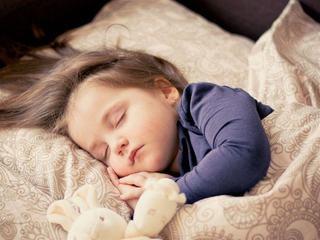Studiu: Daca duci copilul in pat mai devreme, va fi mai fericit si mai sanatos