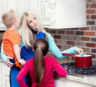 Mamele lucreaza 168 de ore pe saptamana, potrivit unui studiu