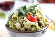 Salata de tagliatelle cu sos pesto si pui