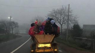 Copii dusi cu caruta la scoala, intr-o localitate din judetul Bacau. Micutii pot cadea oricand