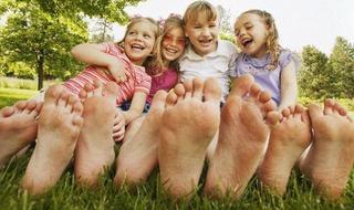 Copiii care merg desculti sunt mai destepti si mai fericiti