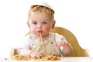 Copilul arunca cu mancarea. Cum il dezveti de acest obicei?