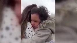 Video. EMOTIONANT!  REACTIA unei fetite care isi vede mama dupa o luna. Aceasta lucreaza in domeniul medical