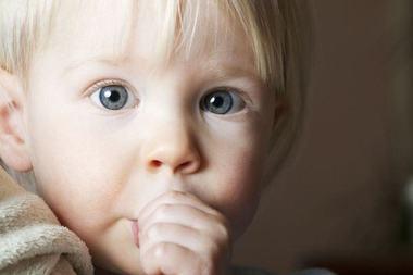 Este normal pentru un copil sa-si suga degetul?