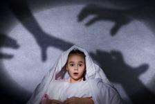 Copilului tau ii este frica de orice? Ce sa NU faci in aceasta situatie