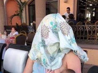 Reactia geniala a unei mame care isi alapta copilul in public