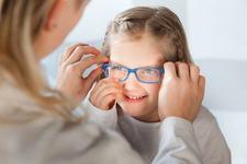 Bani pentru copiii care au nevoie de ochelari. Cand incep inscrierile