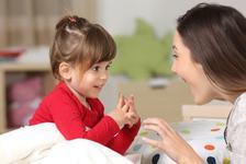 De ce nu este bine sa te prostesti si sa stalcesti cuvintele cand vorbesti cu copilul tau