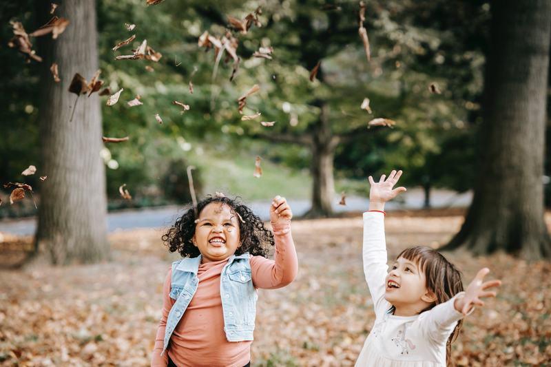 7 activitati distractive pe care le poti face toamna alaturi de copii, daca locuiti in oras