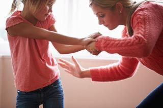 De ce parintii iubitori isi bat copiii uneori?