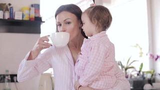 "Sfatul unei mame: ""Sterge-ti lacrima, spala-ti fata, da-te cu ruj si fa-ti o cafea"""