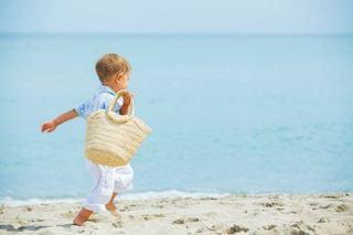 11 lucruri esentiale in geanta de plaja a copilului