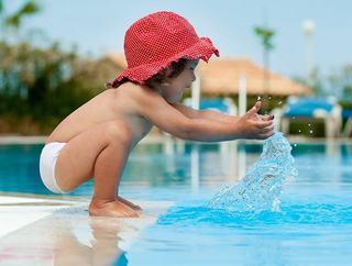 Medic pediatru Raluca Tocariu: Ce boli pot lua copiii de la piscina?