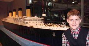 Un copil cu autism a construit cea mai mare replica a Titanicului din piese Lego