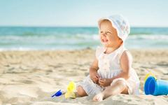 6 sfaturi pentru a-ti proteja bebelusul de soare si caldura excesiva