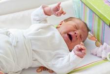 Bebelusul plange aproape non-stop? Ar putea suferi de colici severe