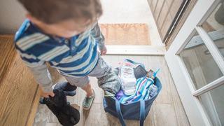 Cum pregatesti copilul pentru prima noapte departe de casa