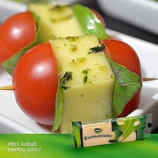 Mini-kebab cu Emmentaler si sos pesto