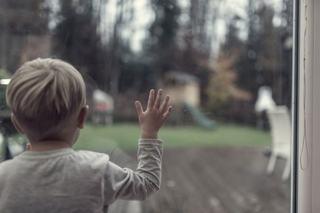 Studiu: copiii petrec mai putin timp afara decat puscariasii