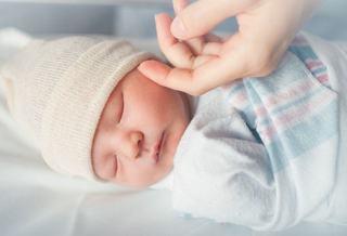 De ce nu trebuie sa atinga strainii nou-nascutii