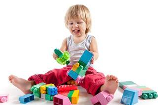 Jucariile simple dezvolta imaginatia si creativitatea copilului