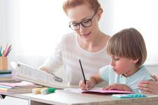 Cat de mult ar trebui sa iti ajuti de fapt copilul la teme?