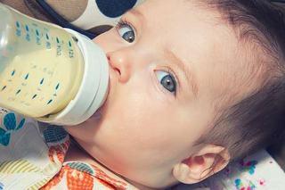 7 semne care ascund o alergie sau intoleranta a bebelusul la lapte