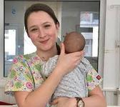 """La 21 de ani este mama de imprumut pentru copiii abandonati in spital. """"Ma durea sufletul cand plecam acasa"""""""