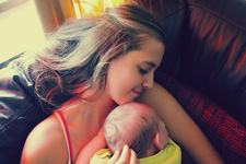STUDIU. Imbratisarile, calmant-minune pentru bebelusi. Ce se intampla in corpul lor cand sunt tinuti in brate