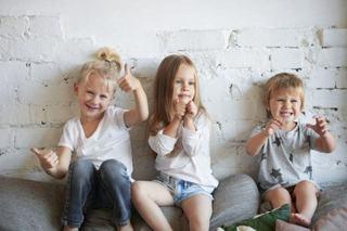 """Ziua Internationala a copilului mijlociu. Ce spun studiile despre """"mijlociul"""" familiei"""