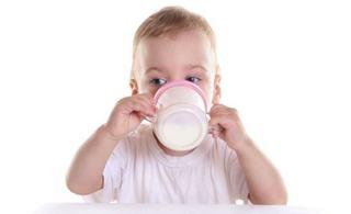 Cum si cand sa faci tranzitia de la lapte praf la lapte de vaca