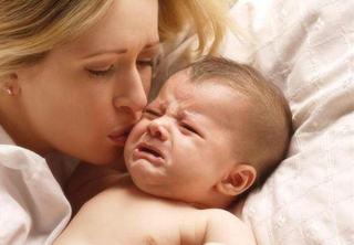 Un cercetator spune: bebelusii plang noaptea pentru ca parintii sa nu conceapa alt copil