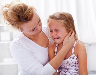 Copilul tau este pe punctul de a face o criza de isterie? Imbratiseaza-l!