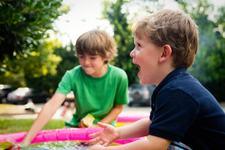 Copiii buni la suflet, posibile victime. Cum ii protejezi in fata abuzurilor