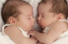 Caz bizar: Gemeni nascuti de aceeasi mama, dar tati diferiti. Cum a fost posibil