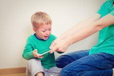 Timpul petrecut de copii in fata ecranelor: cum sa-i pui capat fara cearta?
