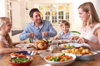 Masa in familie are beneficii pe termen lung, ne spun cercetatorii