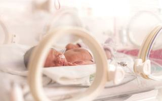 Bebelus nascut prematur, refuzat de maternitatile din Romania