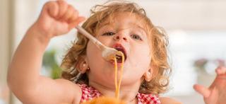4 PROBLEME care ii afecteaza pe copiii care mananca repede