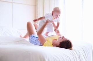 12 moduri prin care-l faci pe bebe sa zambeasca