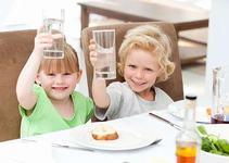 Descopera care sunt beneficiile consumului de apa la copii!
