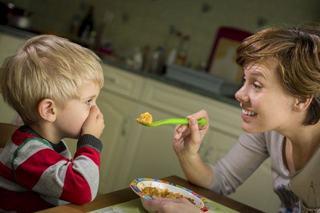 5 MOTIVE pentru care NU trebuie sa obligi copilul sa manance