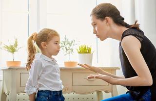 11 semne ca esti un parinte toxic. Cum este afectat copilul