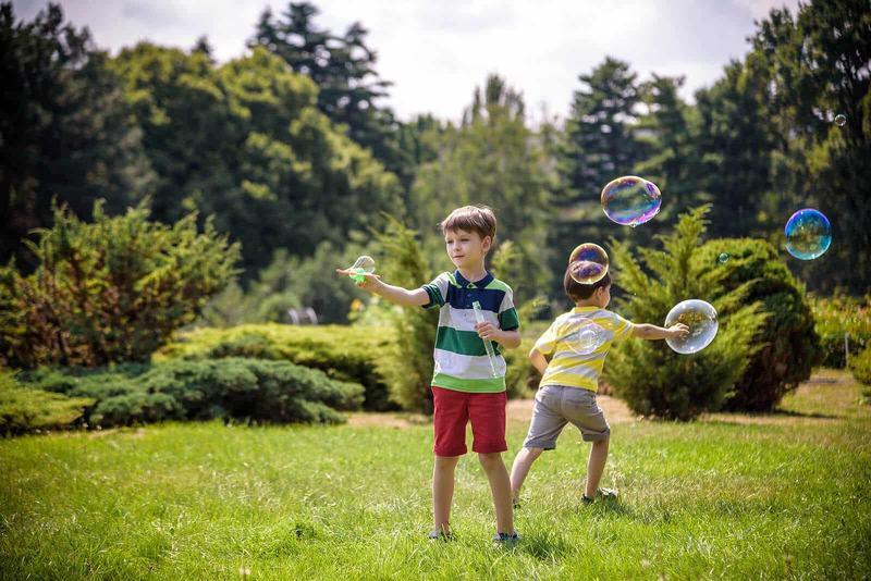 Jocul cu baloane de sapun, mai mult decat o distractie. Beneficiile uimitoare ale acestei activitati