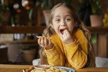 Alimente care strica somnul copiilor. Evita sa le dai la cina aceste lucruri
