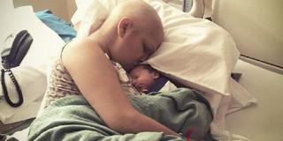 Dragoste de mama. A facut chimioterapie cu bebelusul in pantece