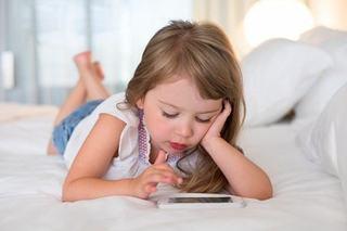 """Capcanele abuzului de smartphone in educatia copilului. De ce sa renunti la """"bona digitala"""""""