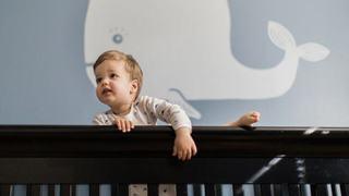 Copiii adora sa se catere. Cum evitam pericolele?