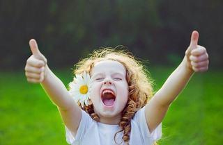 Un copil fericit tipa, alearga, sare, rade si face prostioare